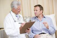 - Va un hombre al médico y le dice:  - Doctor, tengo un problema, es que mi novia no tiene deseo sexual, se muestra muy fría cuando vamos a hacer el amor y no sé qué hacer…